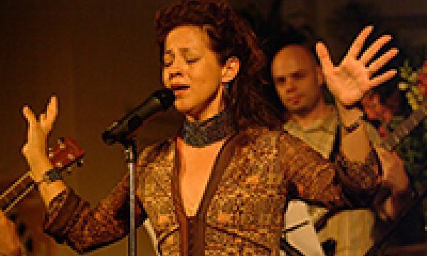 Perla Batalla onstage singing beautifully.