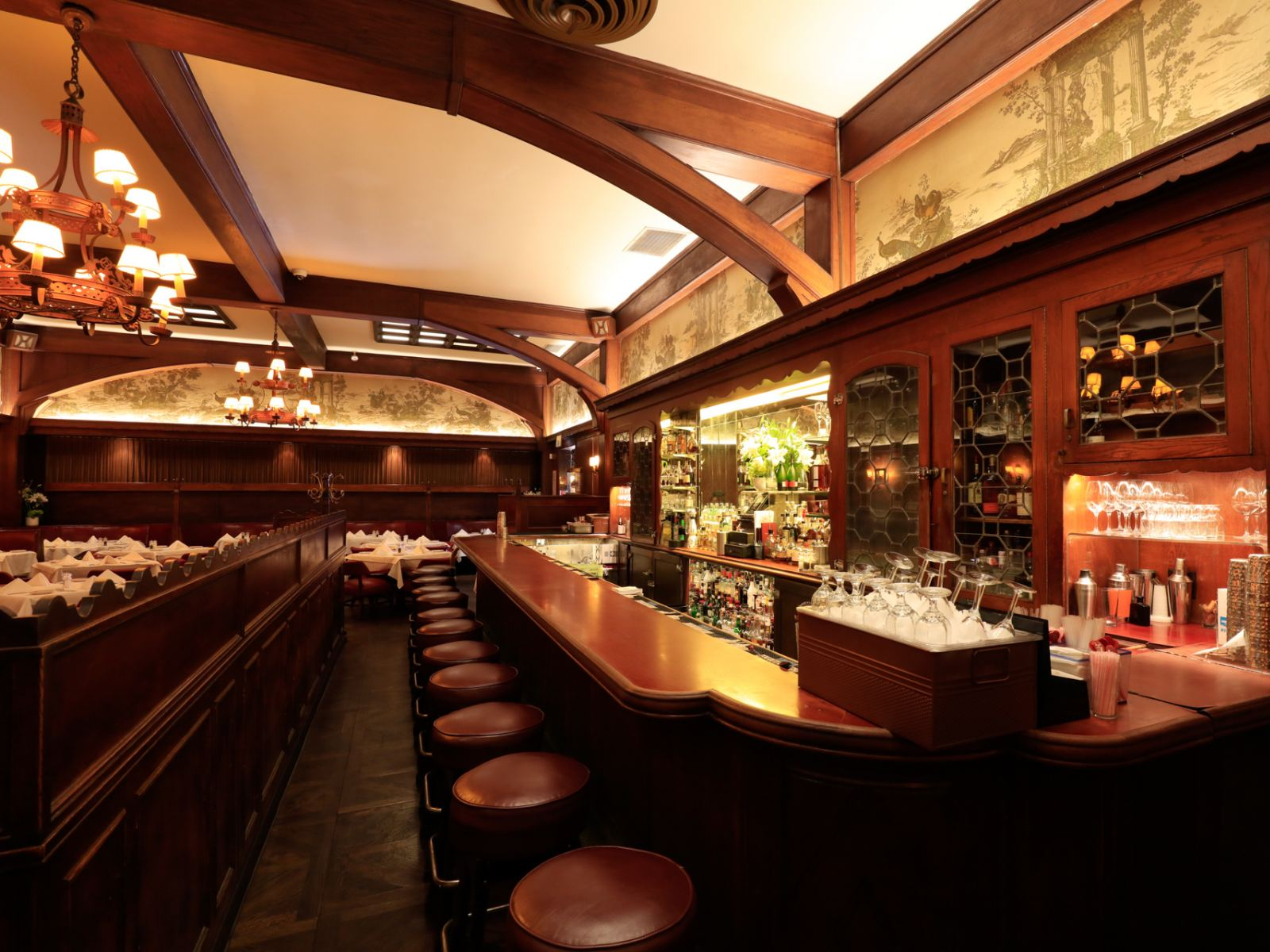The bar at Musso & Frank Grill | Photo: Yuri Hasegawa