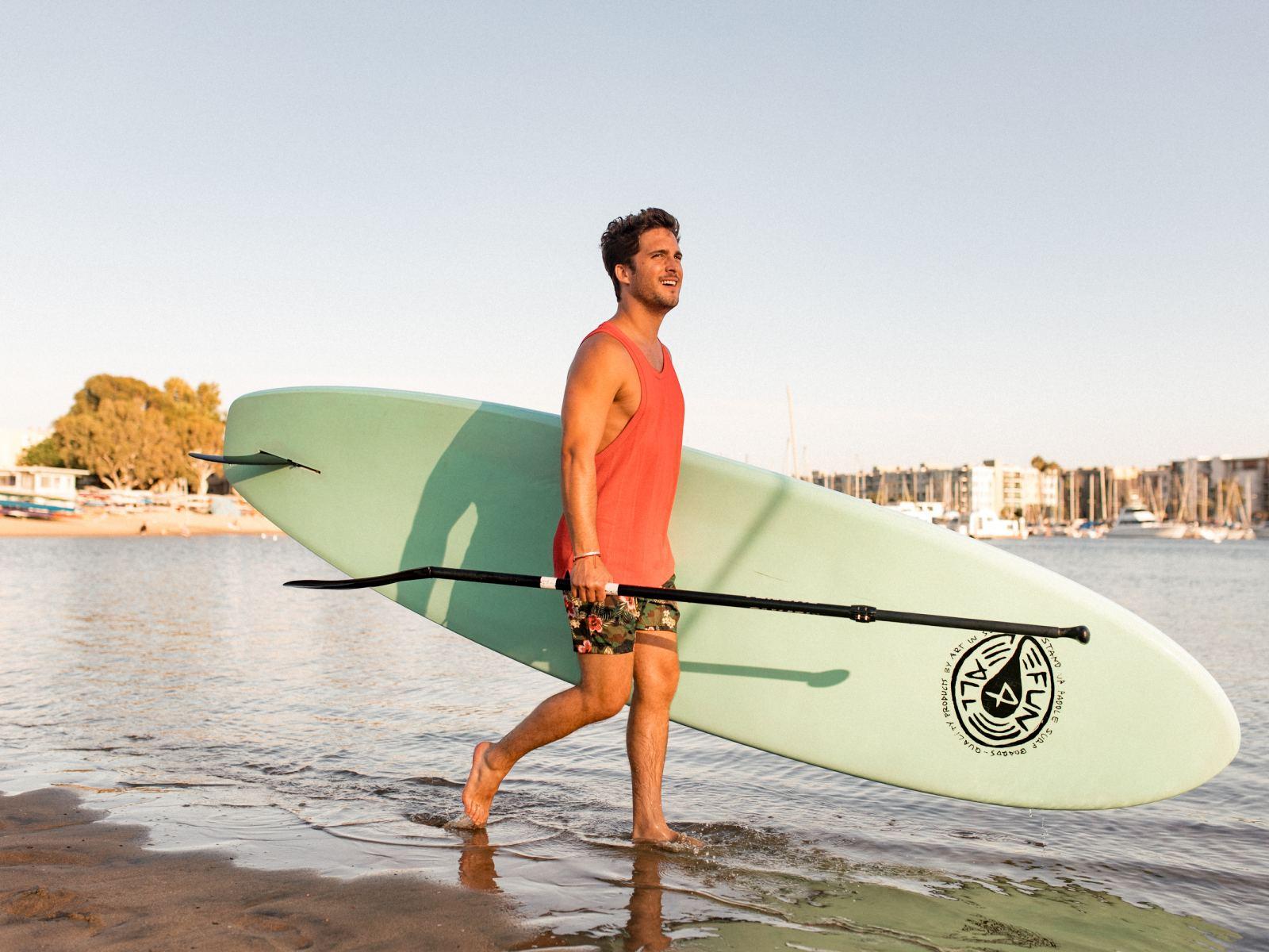 Diego Boneta a  practicar Paddleboard con Pro SUP Shop