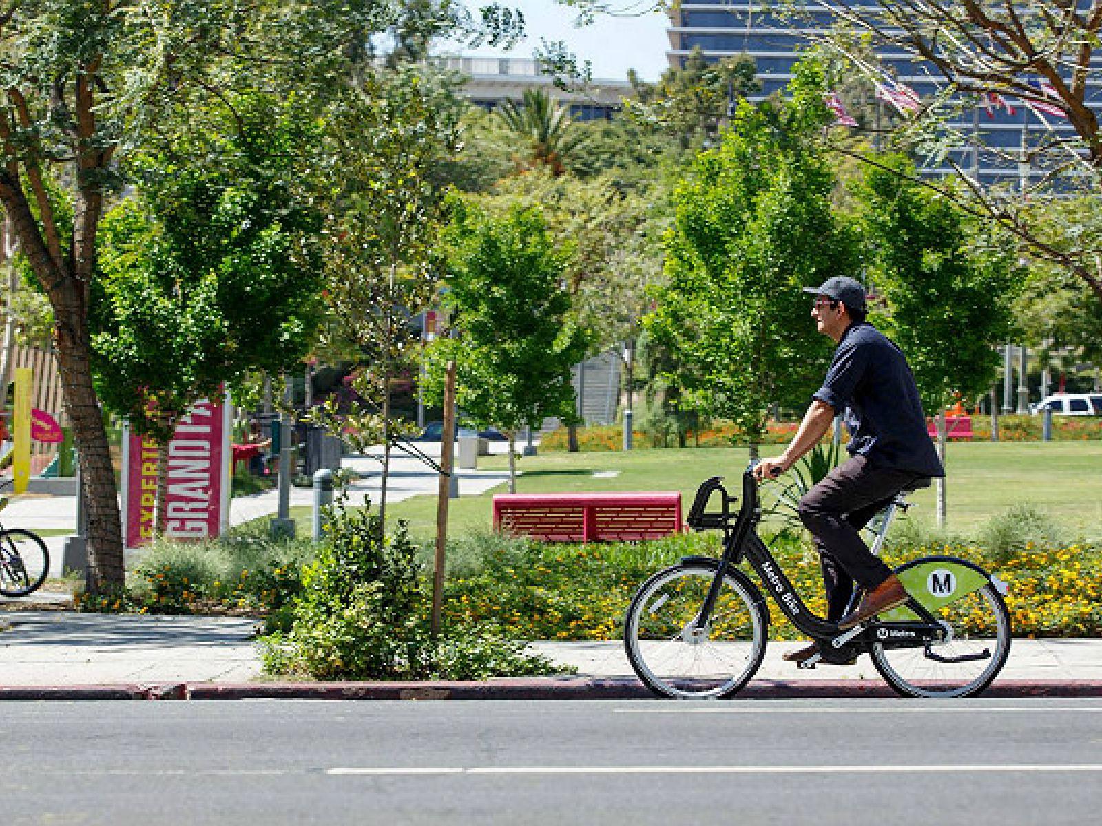 Main image for article titled Descubre Los Ángeles en Bicicleta: Metro Bike Share en el Centro de L.A.