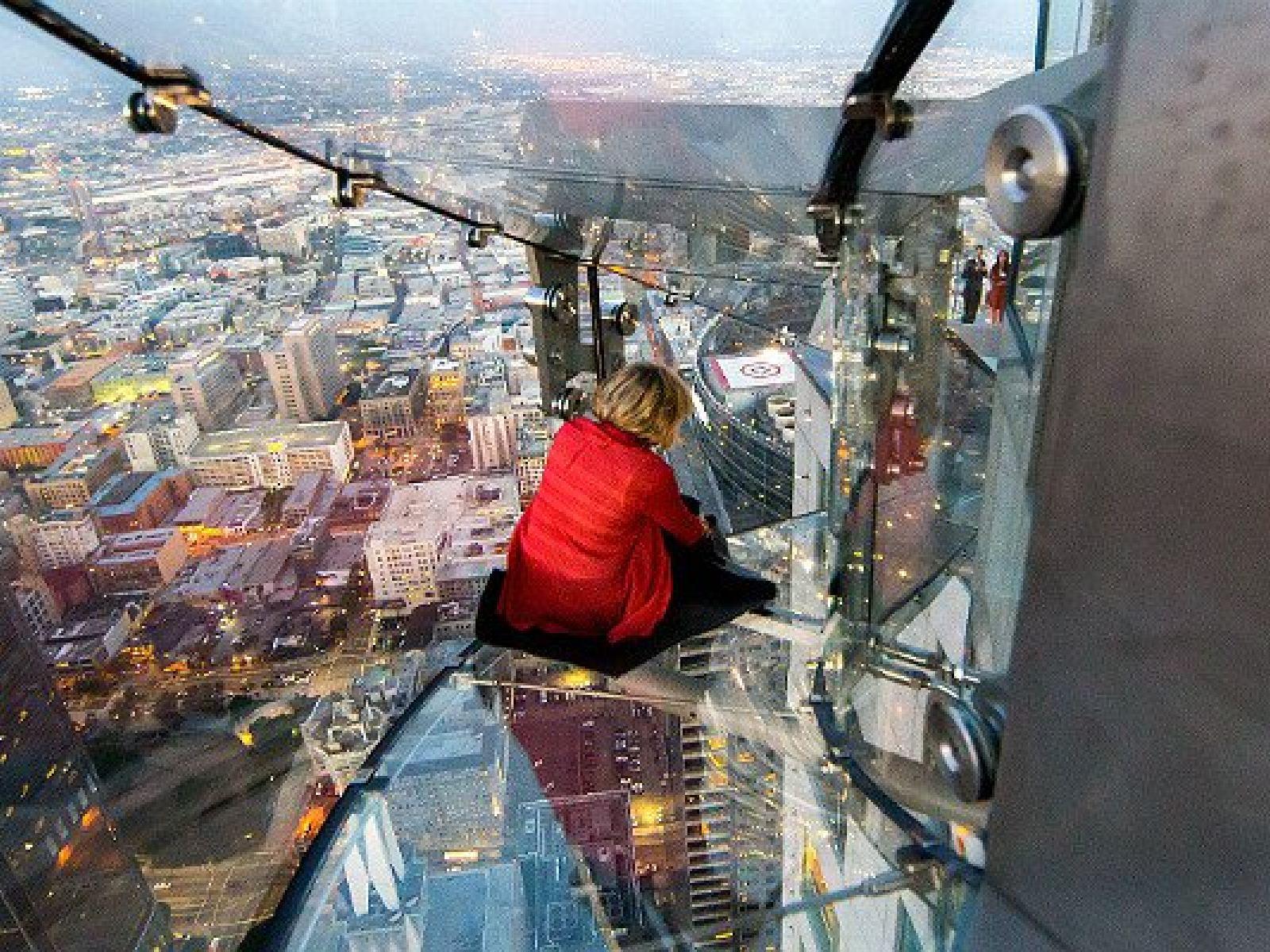 Main image for article titled Faites l'expérience du Skyslide à l'OUE Skyspace Los Angeles