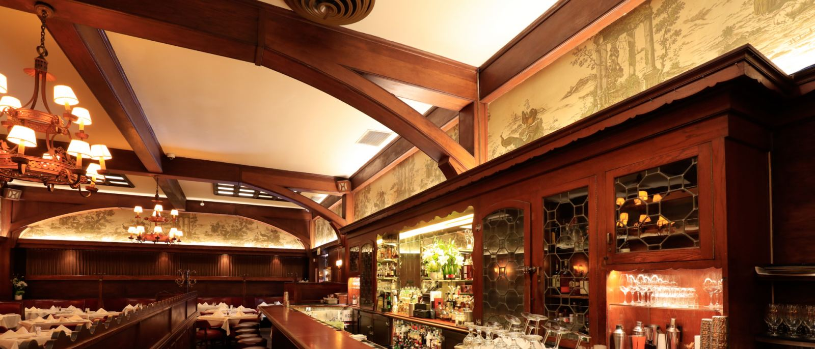 The bar at Musso & Frank Grill | Photo: Yuri Hasegawa