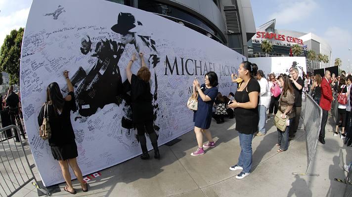 Fans leave messages outside the Michael Jackson memorial service | Photo courtesy of STAPLES Center/Bernstein Associates