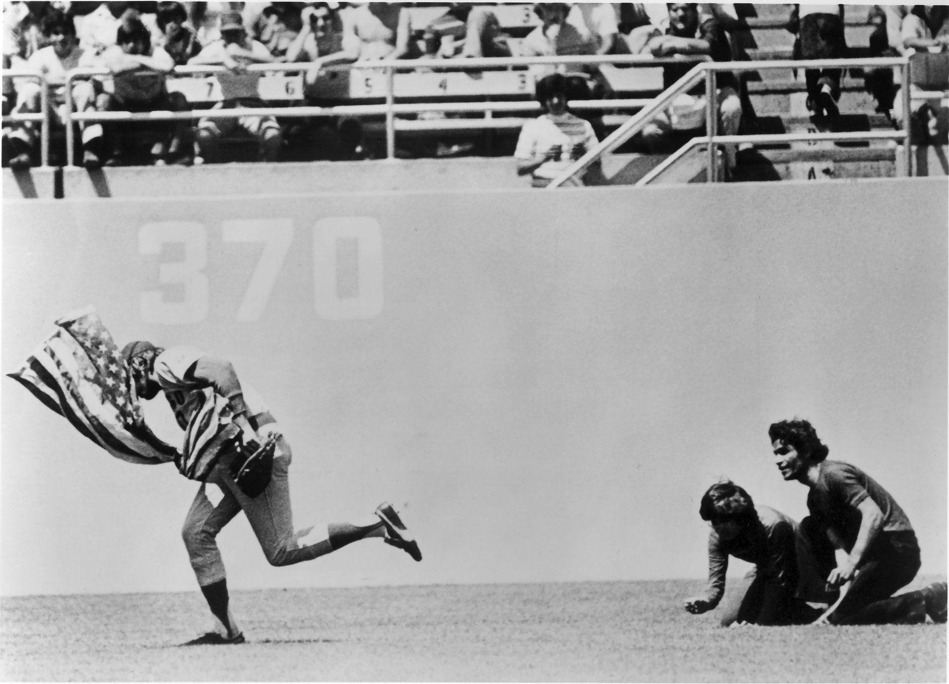 Rick Monday saves the American flag from two protesters