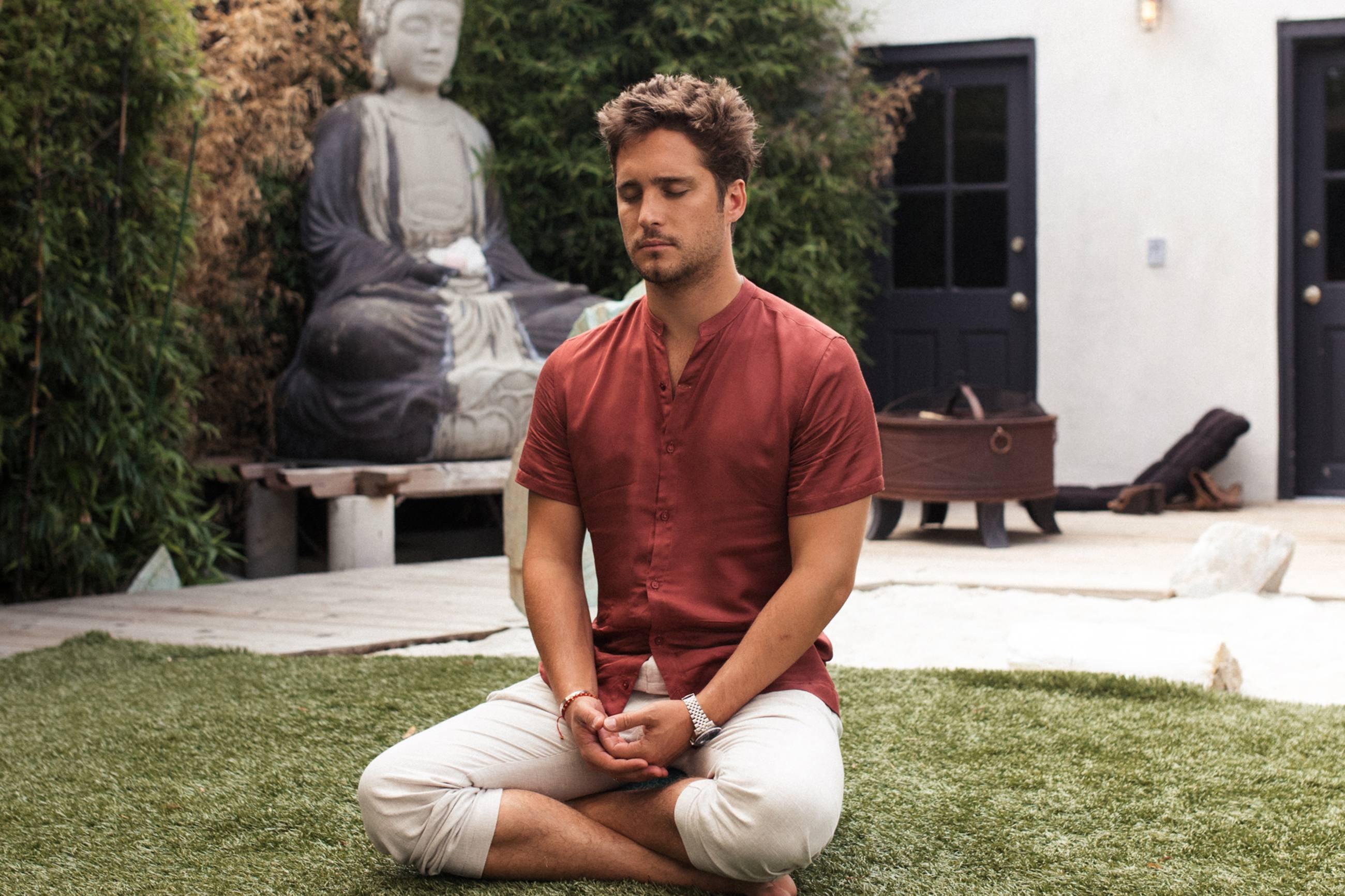 Diego Boneta en una sesión de meditación en Ceremony Meditation