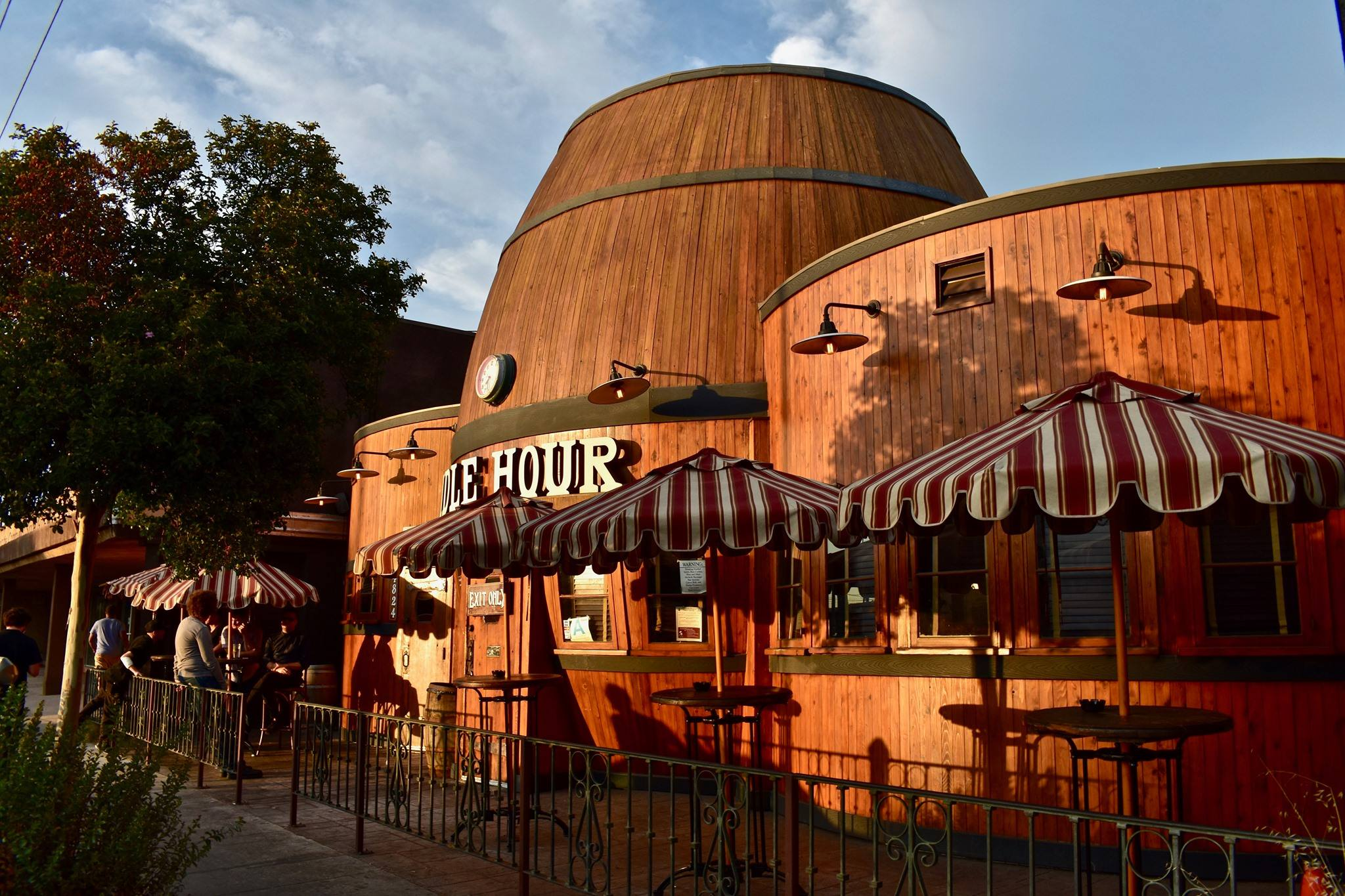 Exterior of the Idle Hour bar in North Hollywood