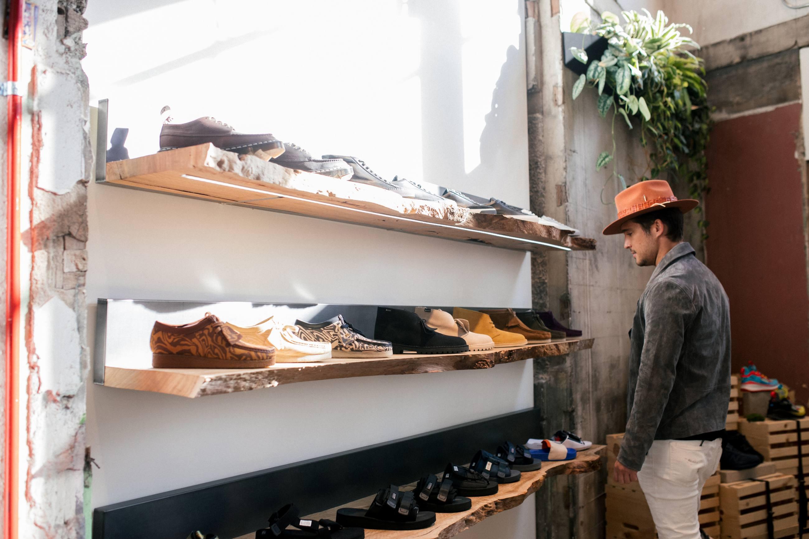 Diego Boneta de compras en Bodega - ROW DTLA
