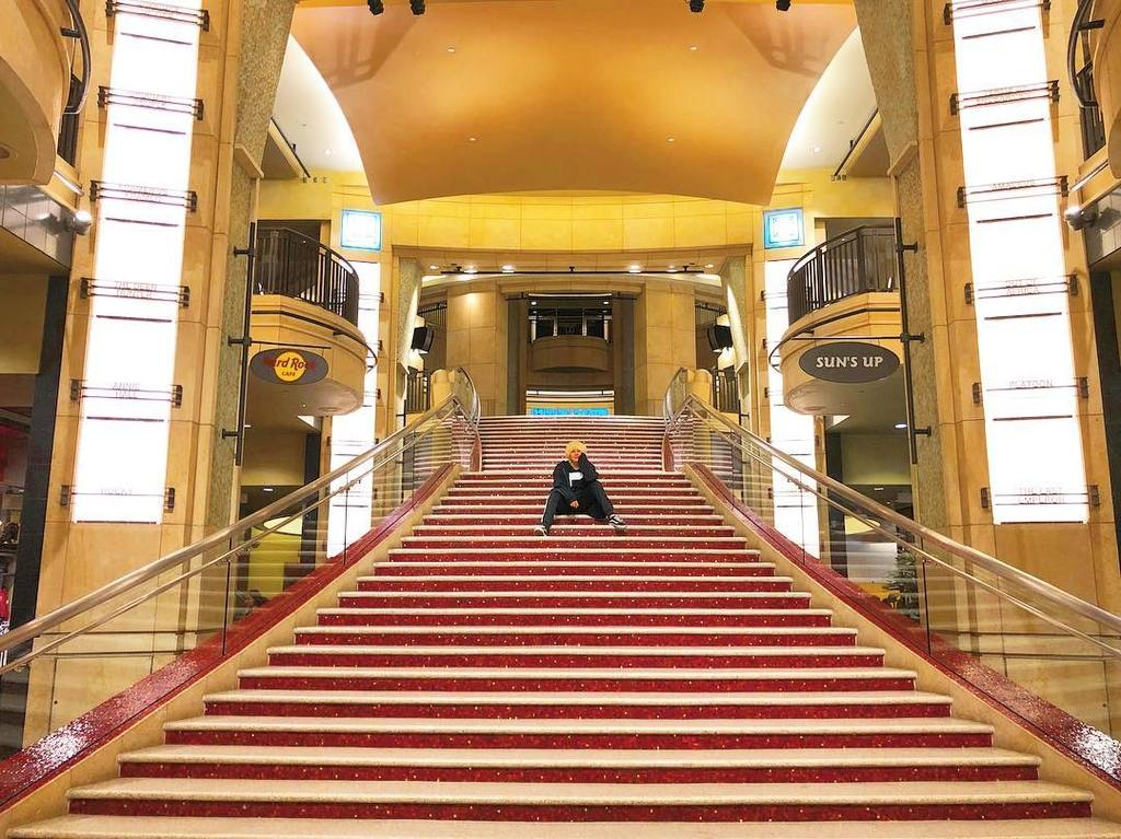 Red carpet staircase to the entrance of the world famous Dolby Theatre | Instagram by @shunchi_033