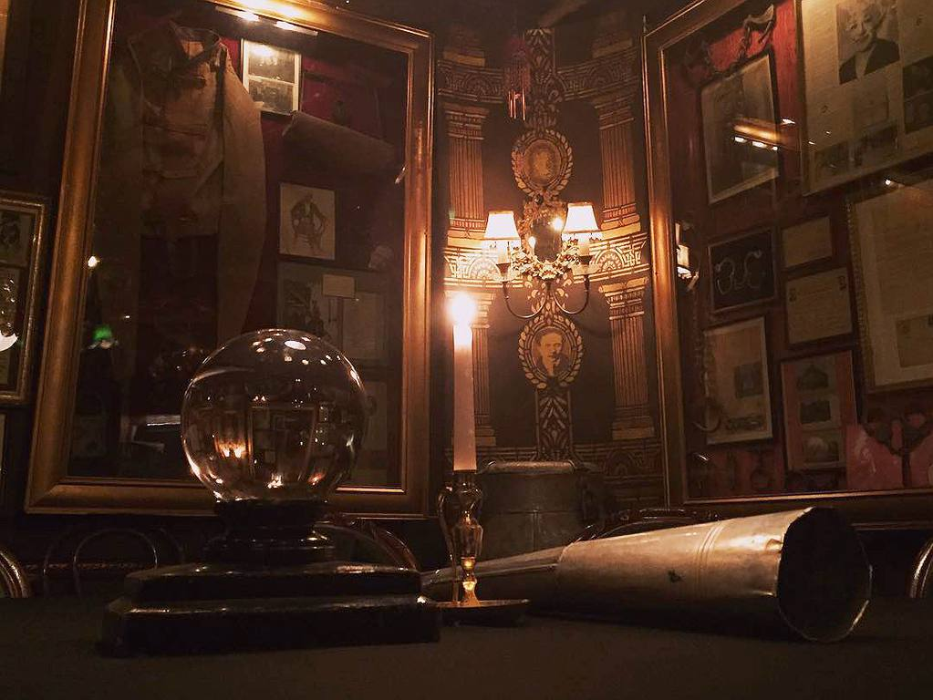 Houdini Séance Chamber at the Magic Castle | Instagram by @robzabrecky